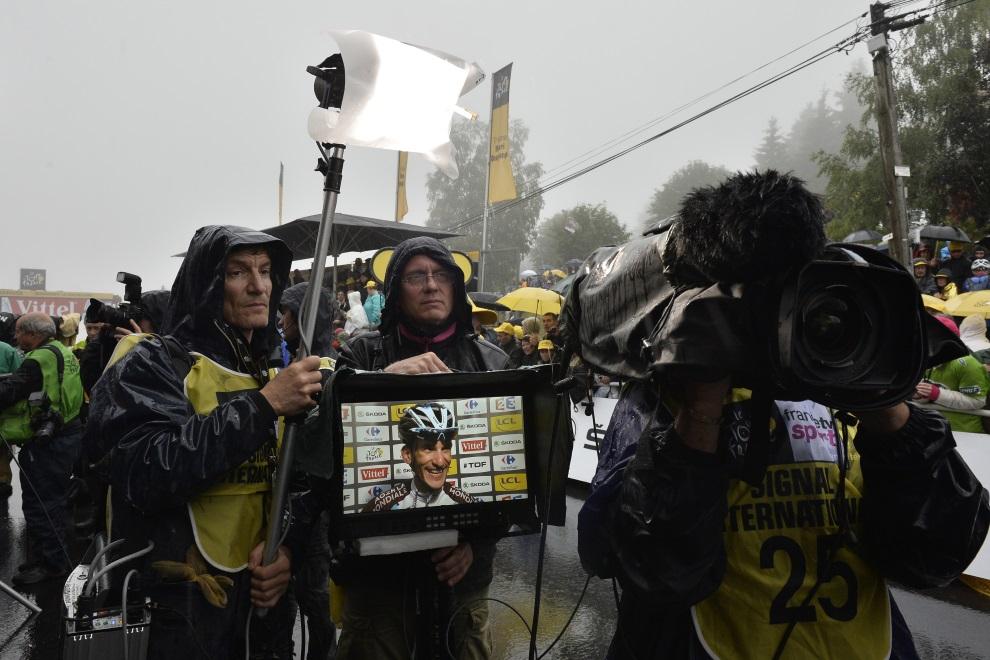17.FRANCJA, Gérardmer, 12 lipca 2014: Blel Kadri udziela wywiadu na mecie wygranego etapu TDF. AFP PHOTO / JEFF PACHOUD