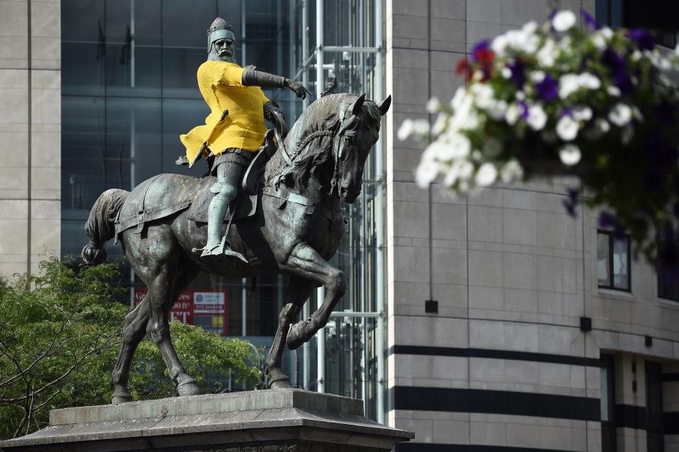 "17.WIELKA BRYTANIA, Leeds, 1 lipca 2014: Edward książę Walii, w ""żółtej koszulce lidera"" Tour de France. AFP PHOTO / LIONEL BONAVENTURE"