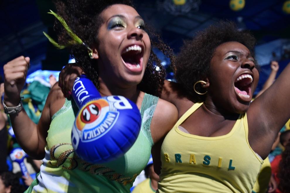 17.BRAZYLIA, Rio de Janeiro, 4 lipca 2014: Brazylijskie kibicki oglądające mecz.  AFP PHOTO / YASUYOSHI CHIBA