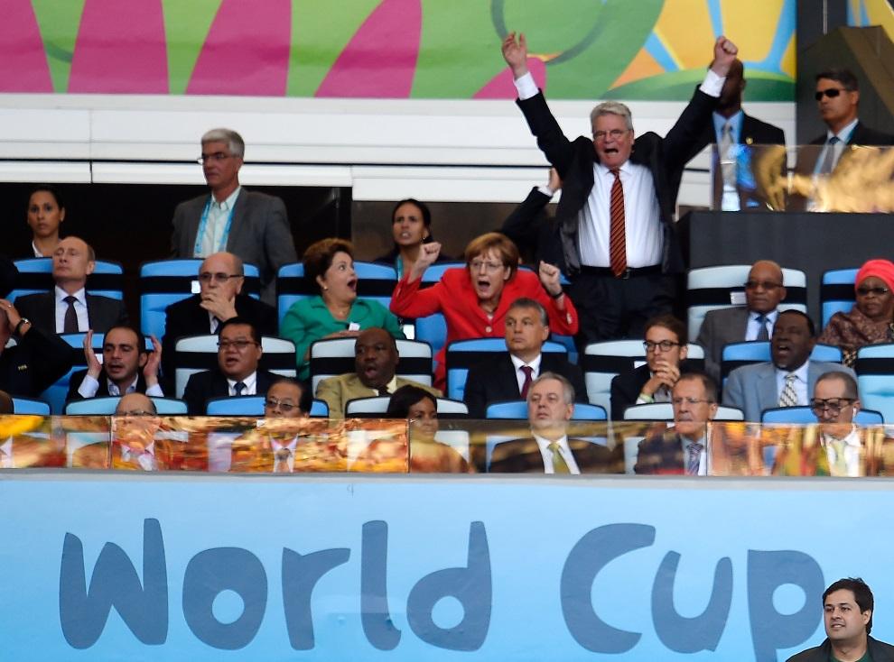 17.BRAZYLIA, Rio de Janeiro, 13 lipca 2014: Kanclerz Angela Merkel i premier Joachim Gauck cieszą się ze zdobytej bramki. AFP PHOTO / ODD ANDERSEN