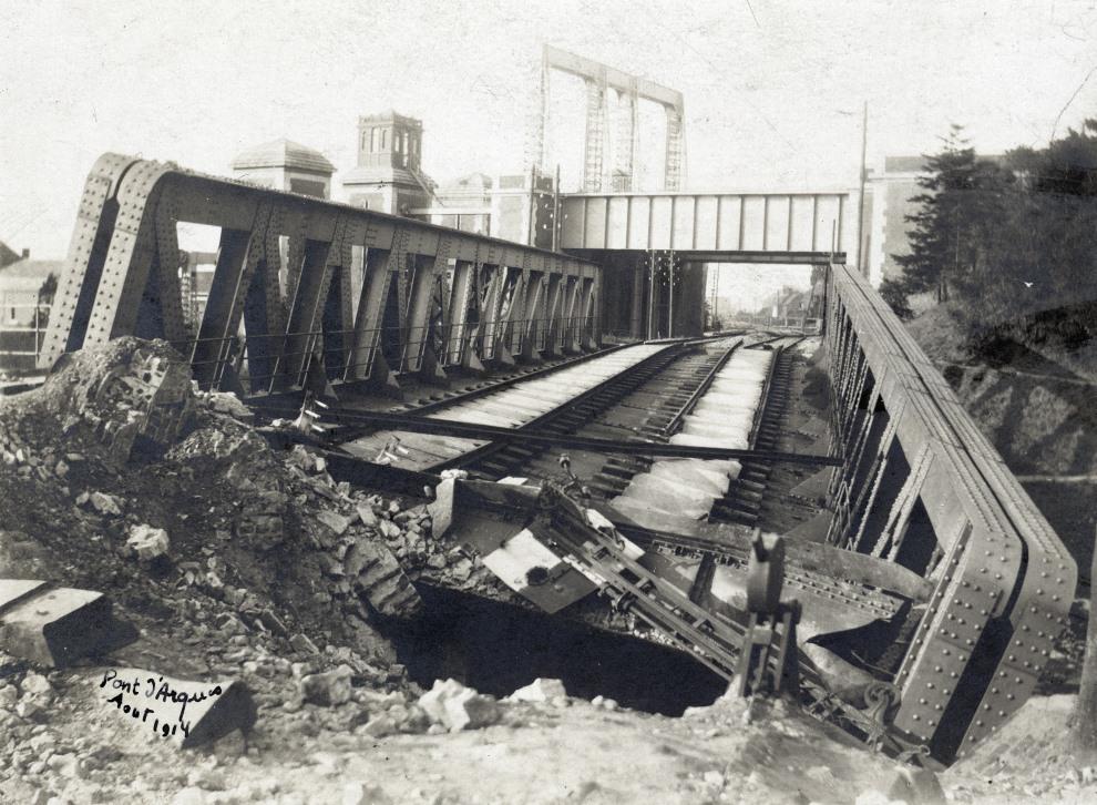 18.FRANCJA, Arques, 1914: Zniszczony most kolejowy. AFP PHOTO