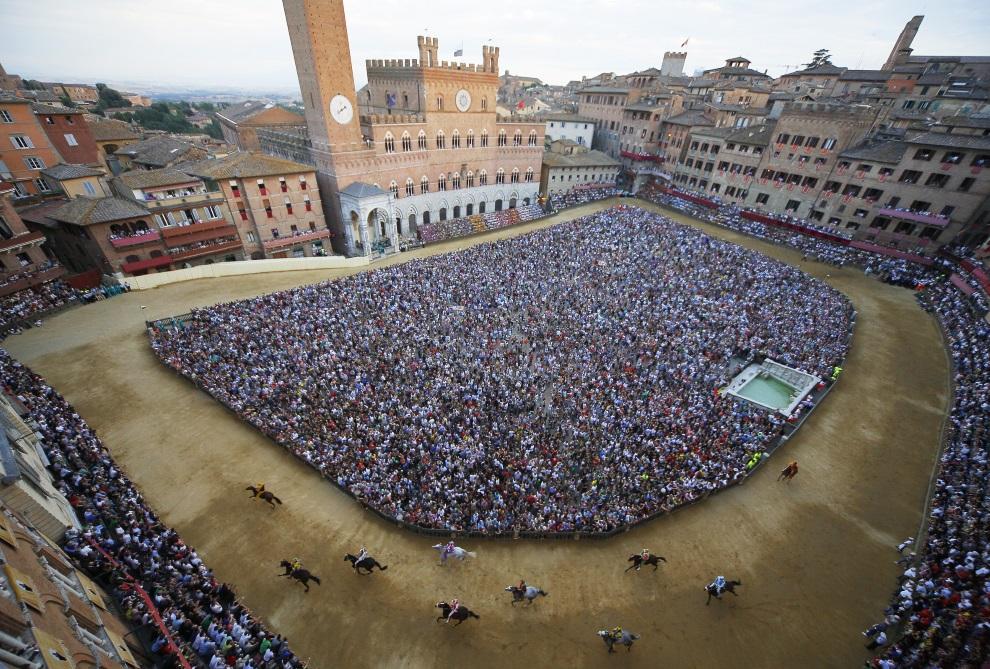 """18.WLOCHY, Siena, 1 lipca 2014: Rozgrzewka przez wyścigiem """"Palio"""". AFP PHOTO/ FABIO MUZZI"""
