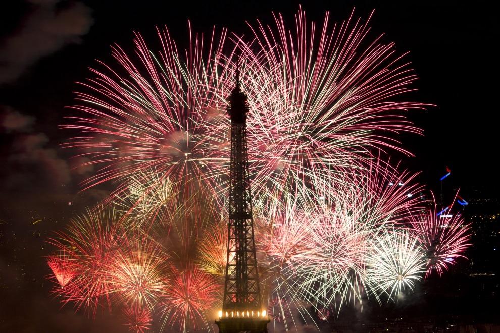 18.FRANCJA, Paryż, 14 lipca 2014: Sztuczne ognie wystrzelone podczas Dnia Bastylii. AFP PHOTO / KENZO TRIBOUILLARD