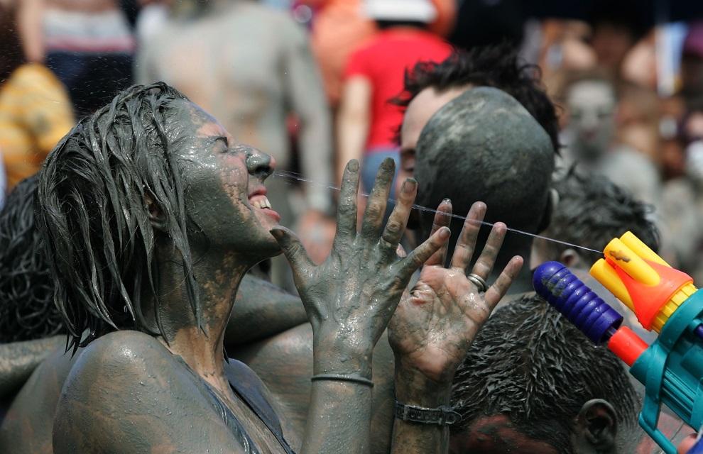 18.KOREA POŁUDNIOWA, Boryeong, 12 lipca 2008: Turyści bawiący się podczas błotnego festiwalu. (Foto: Chung Sung-Jun/Getty Images)