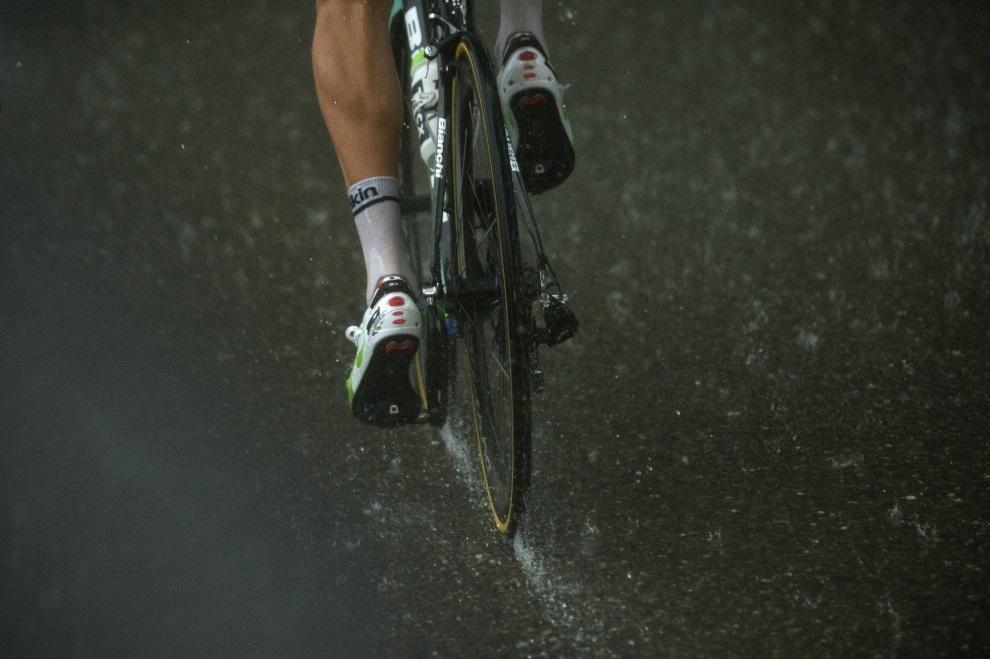 19.FRANCJA, Bergerac, 25 lipca 2014: Kolarz w ulewnym deszczu podczas 19. etapu TDF. AFP PHOTO / LIONEL BONAVENTURE