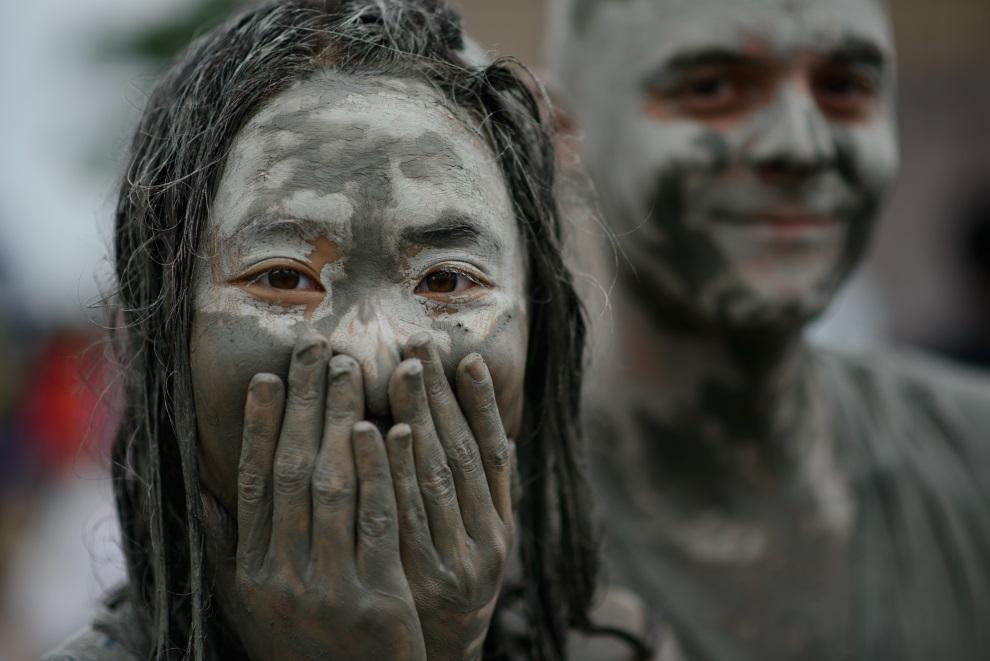 19.KOREA POŁUDNIOWA, Boryeong, 18 lipca 2014: Kobieta pokryta błotem. AFP PHOTO / Ed Jones