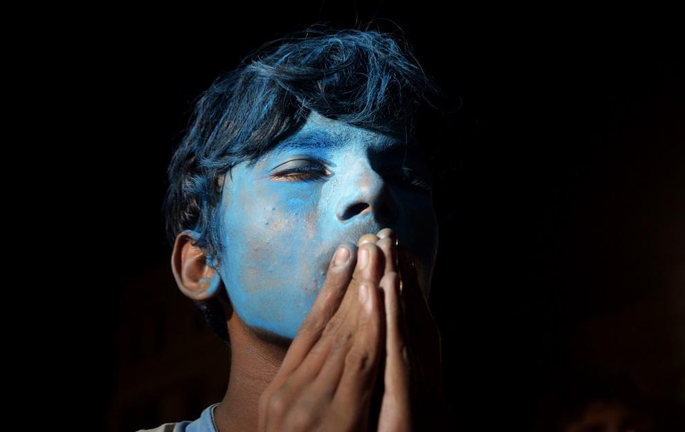 19.INDIE, Kolkata, 13 lipca 2014: Kibic Argentyny obserwujący przebieg meczu finałowego. AFP PHOTO / Dibyangshu Sarkar
