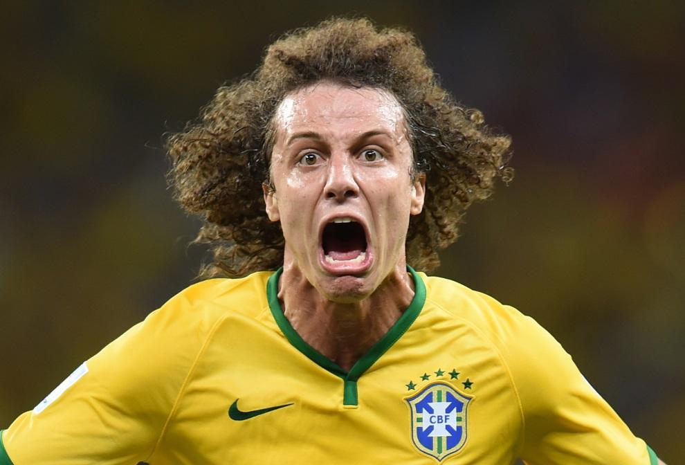 1.BRAZYLIA, Fortaleza, 4 lipca 2014: David Luiz cieszy się z bramki w meczu Brazylia – Kolumbia. AFP PHOTO / VANDERLEI ALMEIDA