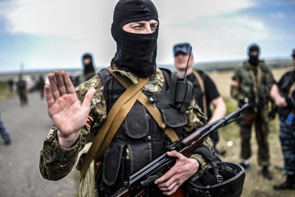1.UKRAINA, Grabowo, 20 lipca 2014: Prorosyjski separatysta odmawia dostępu do miejsca, gdzie spadł zestrzelony samolot Malezyjskich linii lotniczych. AFP PHOTO/   BULENT KILIC