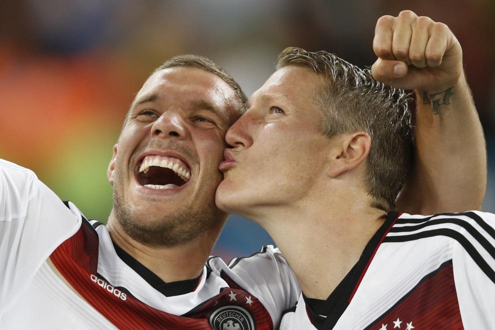 1.BRAZYLIA, Rio de Janeiro, 13 lipca 2014: Bastian Schweinsteiger (po prawej) i Lukas Podolski (po lewej) cieszą się ze zwycięstwa w meczu finałowym. AFP PHOTO /   ADRIAN DENNIS