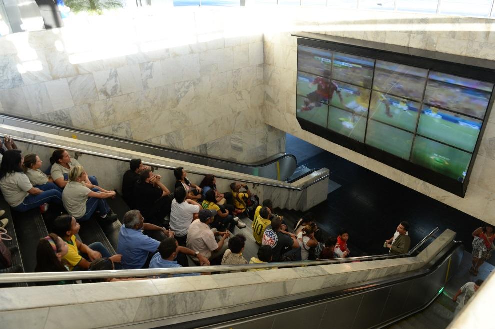 20.BRAZYLIA, Brasília, 4 lipca 2014: Ludzie na przystanku autobusowym oglądają mecz Brazylia – Kolumbia. AFP PHOTO/EVARISTO SA