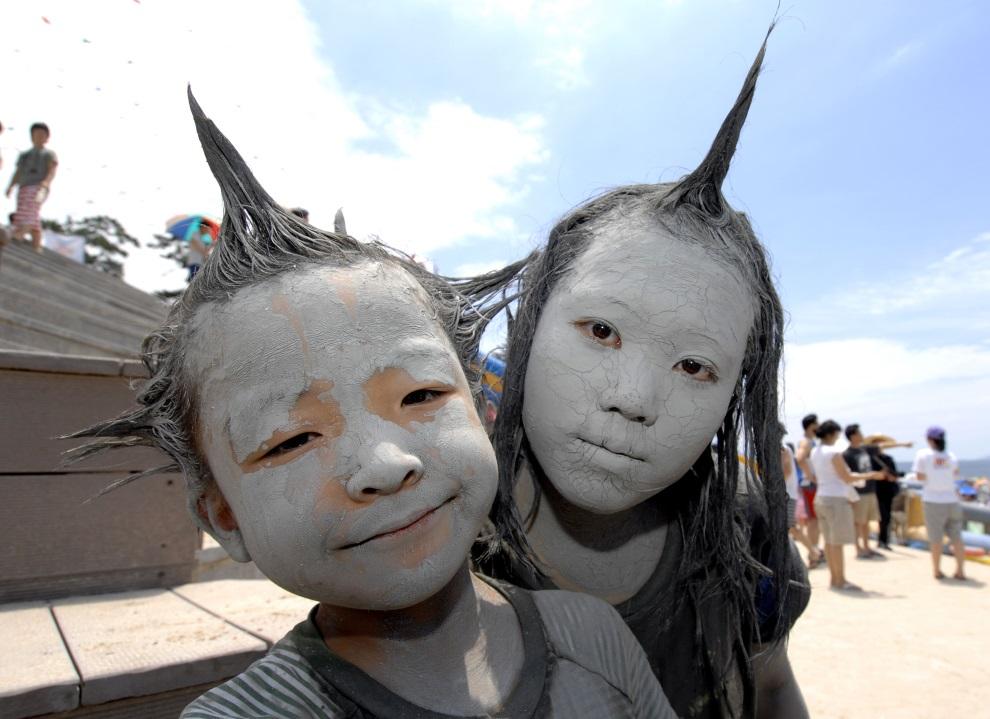 20.KOREA POŁUDNIOWA, Boryeong, 15 lipca 2007: Dzieci bawiące się podczas festiwalu błotnego. AFP PHOTO/JUNG YEON-JE