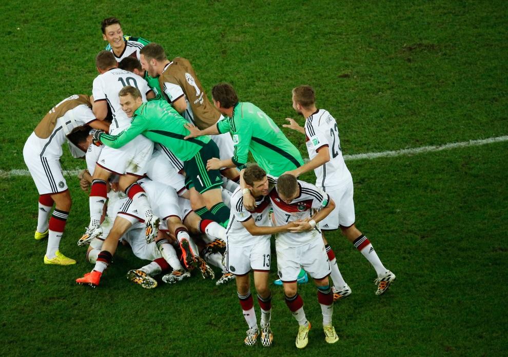 20.BRAZYLIA, Rio de Janeiro, 13 lipca 2014: Reprezentanci Niemiec cieszą się ze zwycięstwa w meczu finałowym. AFP PHOTO / FABRIZIO BENSCH/POOL