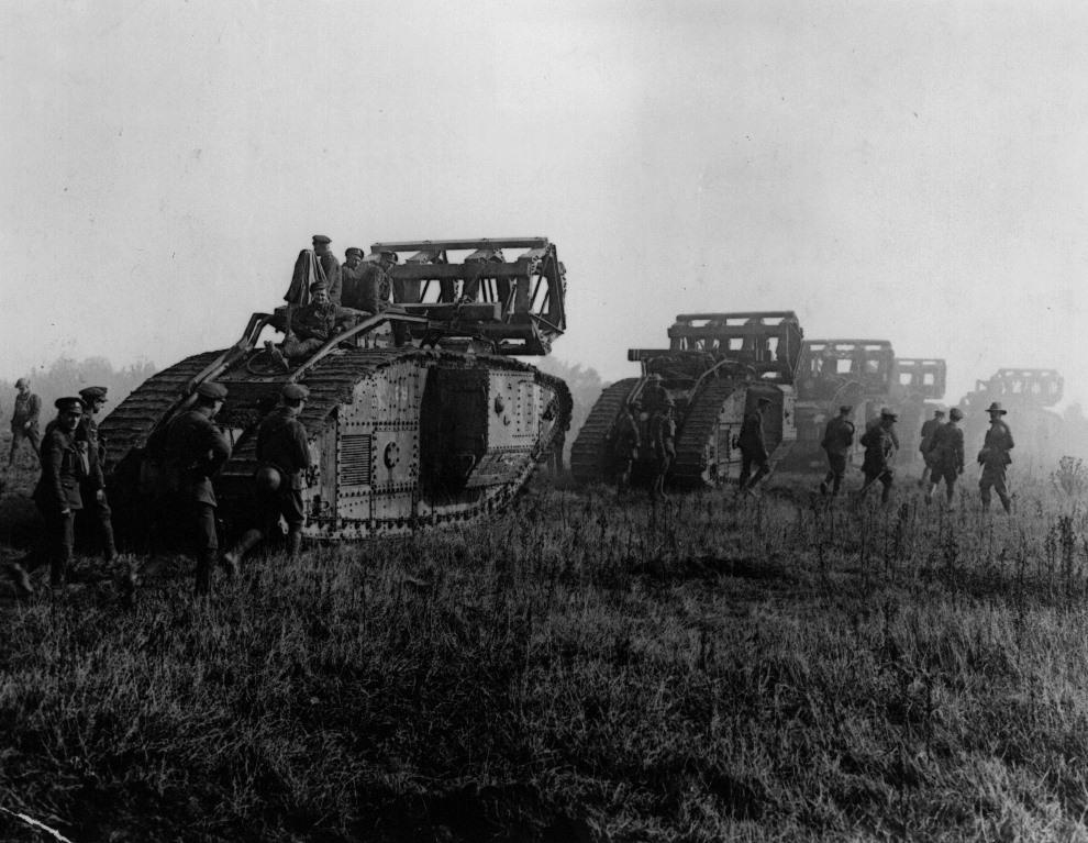 20.Brytyjskie czołgi Mark IV na linii frontu. (Foto: Henry Guttmann/Getty Images)