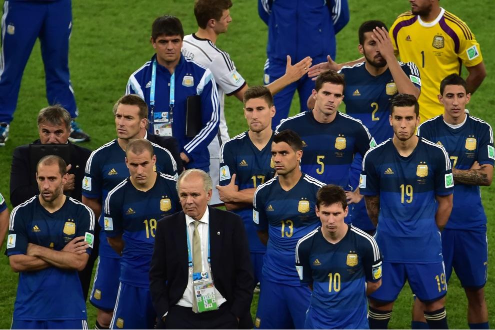 21.BRAZYLIA, Rio de Janeiro, 13 lipca 2014: Reprezentacja Argentyny, prowadzona przez Alejandro Sabellę, schodzi z boiska po przegranym meczu. AFP PHOTO / NELSON   ALMEIDA