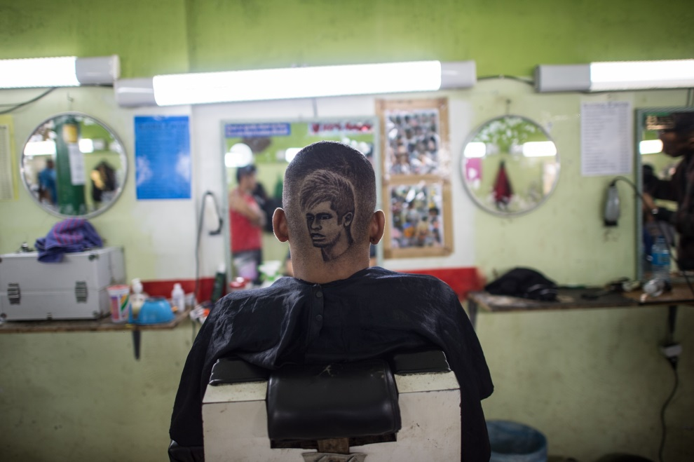21.BRAZYLIA, Rio de Janeiro, 27 czerwca 2014: Klient salonu fryzjerskiego w Rio de Janeiro. AFP PHOTO / YASUYOSHI CHIBA