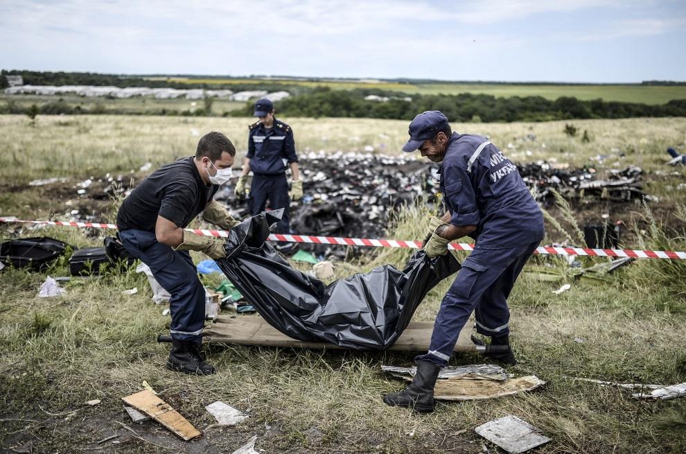 21.UKRAINA, Grabowo, 20 lipca 2014: Ukraińscy ratownicy zbierają ciała ofiar zestrzelonego samolotu. AFP PHOTO/ BULENT KILIC