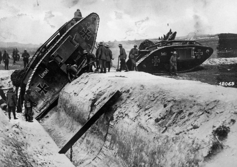 21.1917: Niemcy sprawdzają możliwości zdobytych brytyjskich czołgów. (Foto: General Photographic Agency/Getty Images)