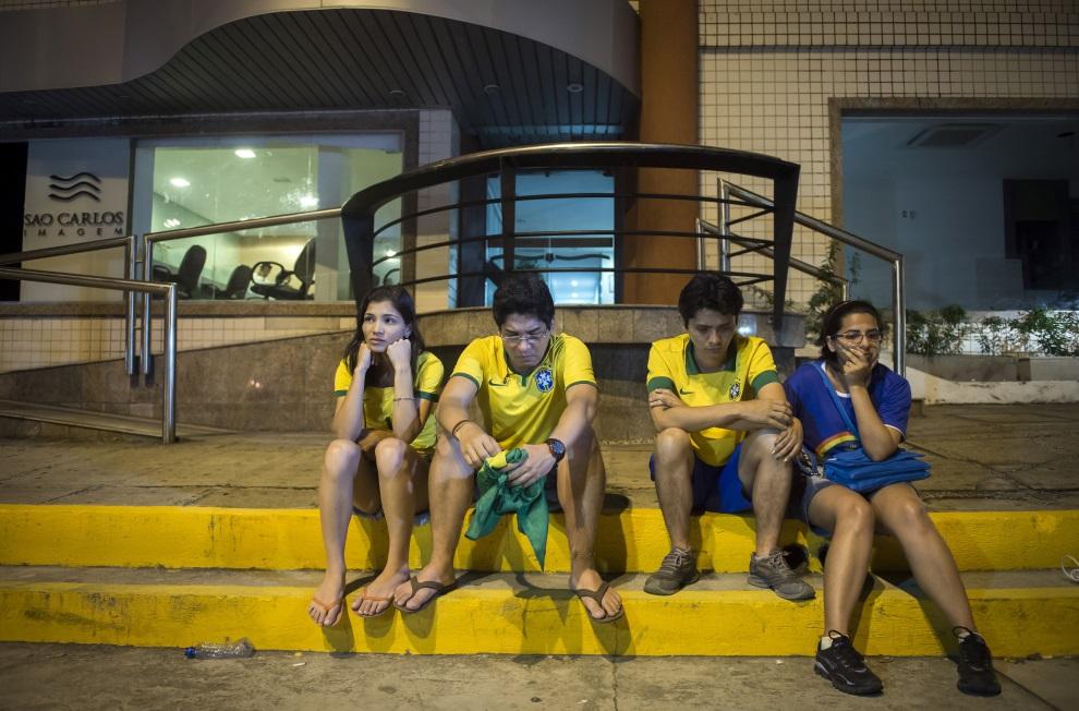 22.BRAZYLIA, Fortaleza, 5 lipca 2014: Brazylijscy kibice przed szpitalem, gdzie odwieziono Neymara. AFP PHOTO / ODD ANDERSEN