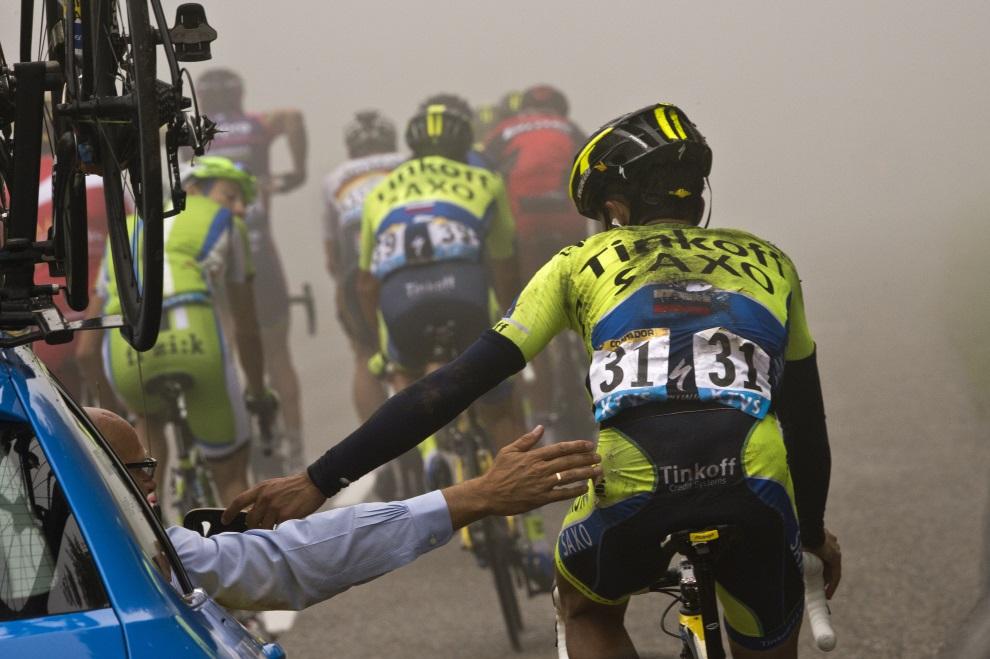 22.FRANCJA, Plancher-les-Mines, 14 lipca 2014: Bjarne Riis (w samochodzie) pomaga rozpędzić się Alberto Contadorowi po upadku na trasie. AFP PHOTO / LIONEL   BONAVENTURE
