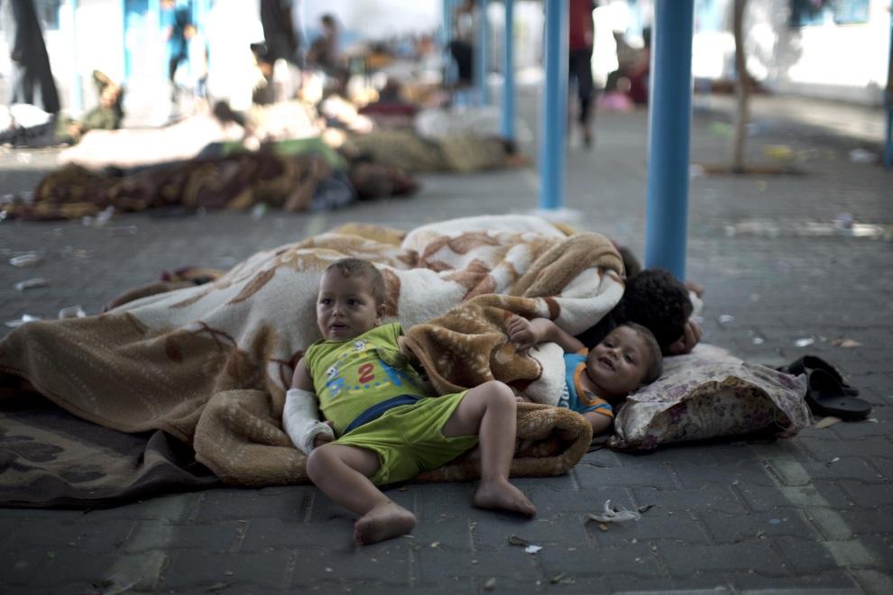 22.AUTONOMIA PALESTYŃSKA, Bajt Lahija, 15 lipca 2014: Palestyńczycy mieszkający, chwilowo, w szkole prowadzonej przez ONZ. AFP PHOTO/MAHMUD HAMS
