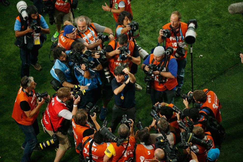22.BRAZYLIA, Rio de Janeiro, 13 lipca 2014: Joachim Loew otoczony przez fotoreporterów. AFP PHOTO / FABRIZIO BENSCH/POOL