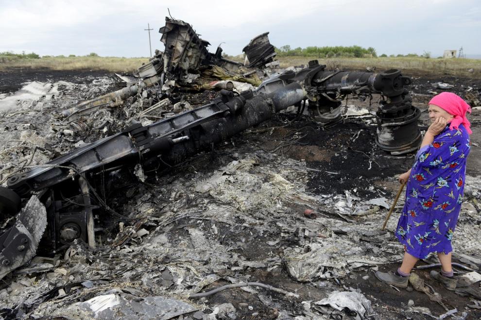 22.UKRAINA, Grabowo, 19 lipca 2014: Kobieta w pobliżu szczątków zestrzelonego samolotu. AFP PHOTO/ ALEXANDER KHUDOTEPLY