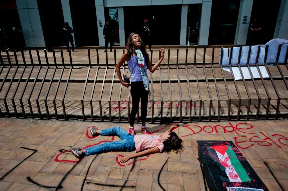 23.SALWADOR, San Salvador, 14 lipca 2014: Dzieci uczestniczące w protestach przed ambasadą Izraela. AFP PHOTO/ Jose CABEZAS