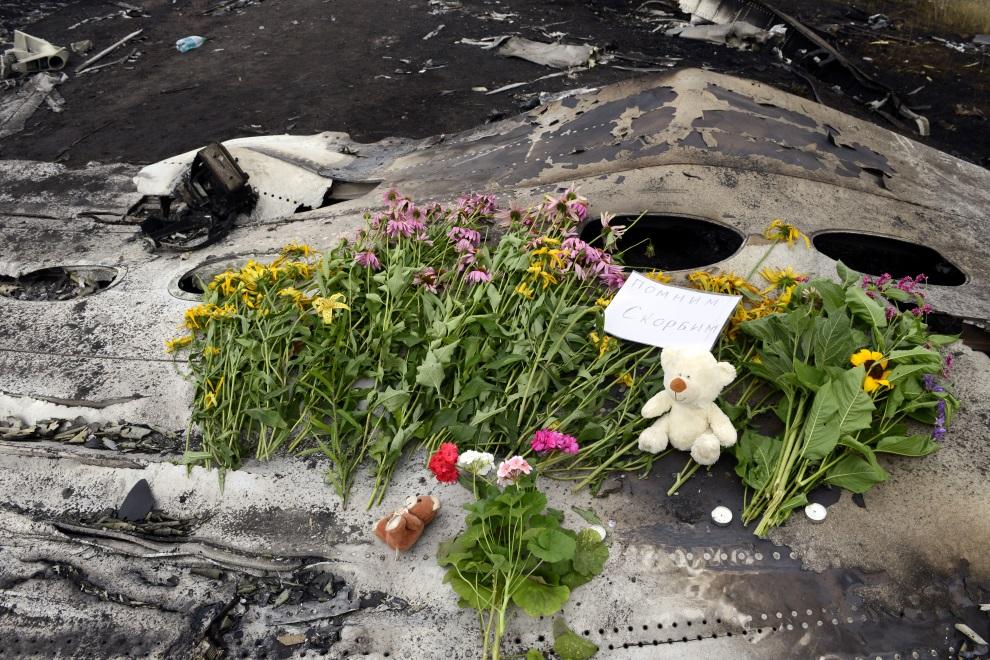 23.UKRAINA, Grabowo, 20 lipca 2014: Kwiaty złożone na szczątkach zestrzelonego samolotu. AFP PHOTO/ ALEXANDER KHUDOTEPLY