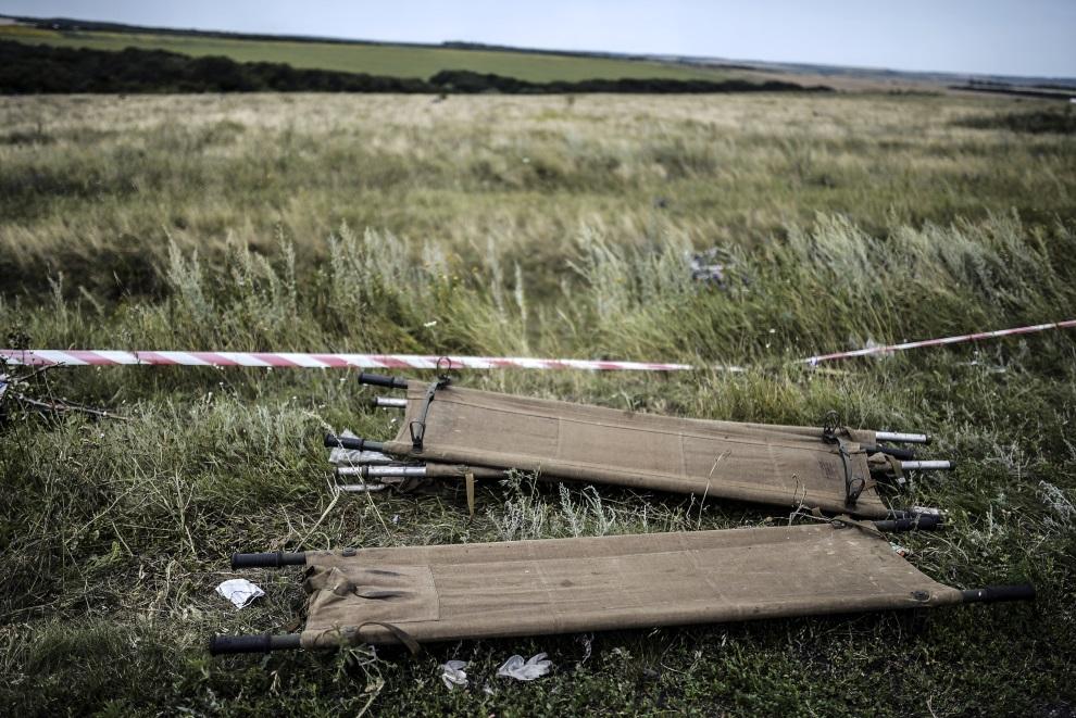 24.UKRAINA, Grabowo, 20 lipca 2014: Nosze w pobliżu miejsca, gdzie spadł zestrzelony samolot. AFP PHOTO/ BULENT KILIC