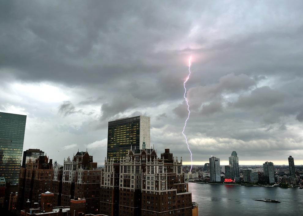 24.USA, Nowy Jork, 2 lipca 2014: Piorun uderzający nad East River. AFP PHOTO / Timothy A. CLARY