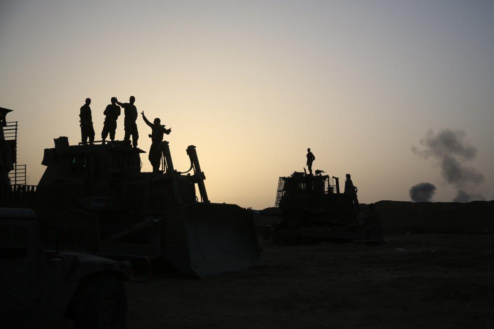 26.IZRAEL, (pogranicze), 12 lipca 2014: Izraelscy żołnierze na buldożerach. AFP PHOTO /MENAHEM KAHANA