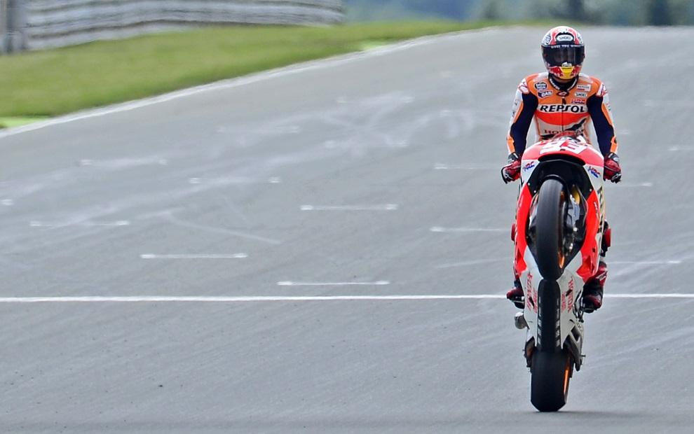 26.NIEMCY, Hohenstein-Ernstthal, 13 lipca 2014: Hiszpan Marc Marquez po zwycięstwie w wyścigu serii MotoGP. AFP PHOTO / ROBERT MICHAEL