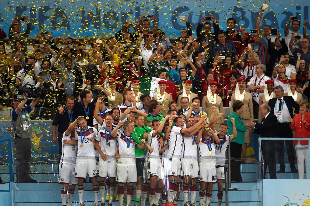 26.BRAZYLIA, Rio de Janeiro, 13 lipca 2014: Reprezentacja Niemiec z wywalczonym trofeum. AFP PHOTO / ODD ANDERSEN
