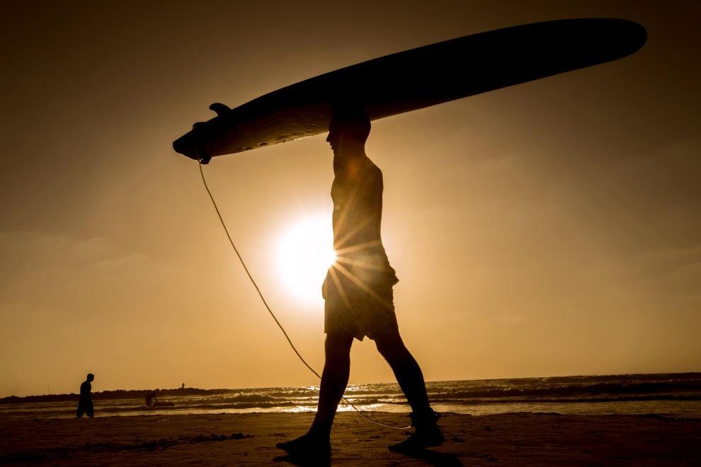 26.IZRAEL, Netanya, 30 czerwca 2014: Surfer na plaży w Netanya. AFP PHOTO / JACK GUEZ