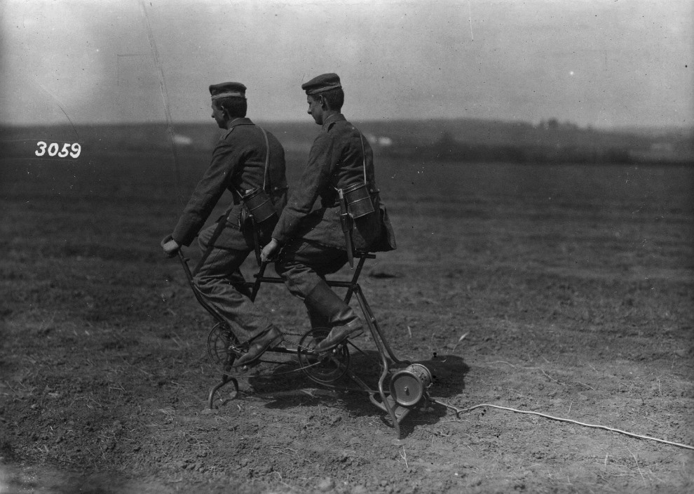 26.1914: Niemiecka prądnica zasilająca maszynę do nadmuchiwania balonów zaporowych. (Foto: Hulton Archive/Getty Images)