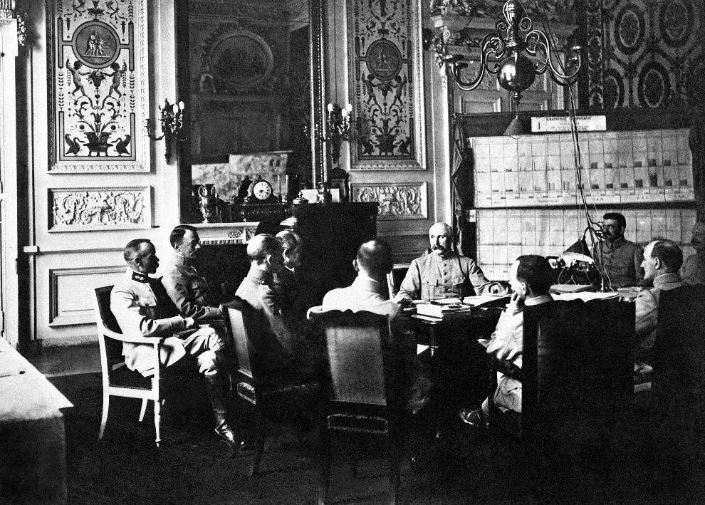 27.FRANCJA, Metz, 1918: Generał Philippe Petain (w środku) podczas narady w Sztabie Generalnym. AFP PHOTO