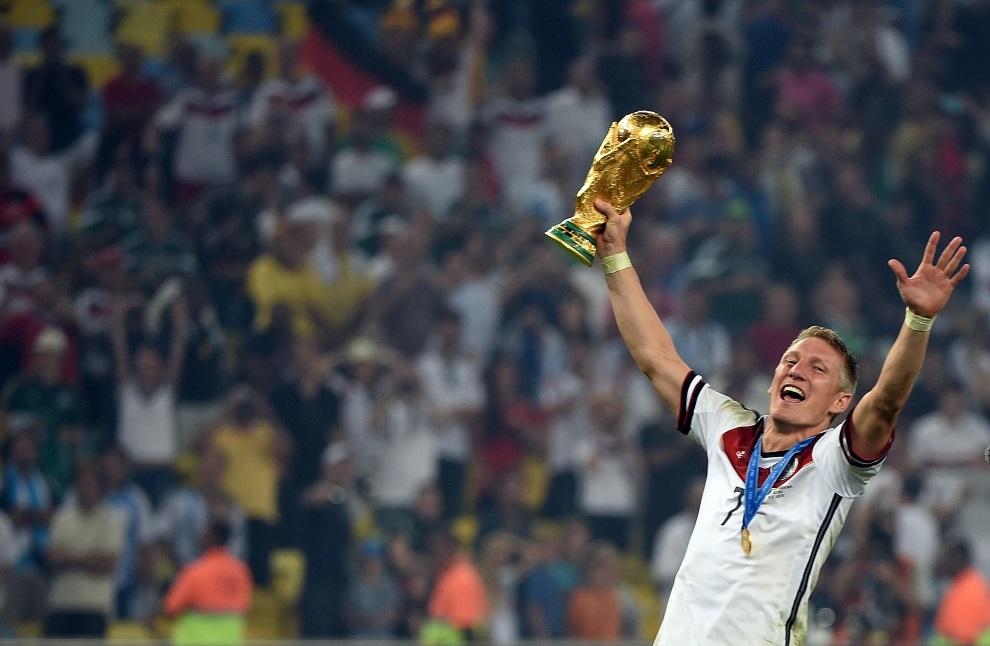 27.BRAZYLIA, Rio de Janeiro, 13 lipca 2014: Bastian Schweinsteiger świętujący zwycięstwo w meczu finałowym. AFP PHOTO / PATRIK STOLLARZ