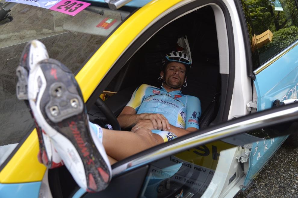 27.FRANCJA, Lignan-sur-Orb, 21 lipca 2014: Odpoczywający Michele Scarponi z zespołu Astana. AFP PHOTO / ERIC FEFERBERG