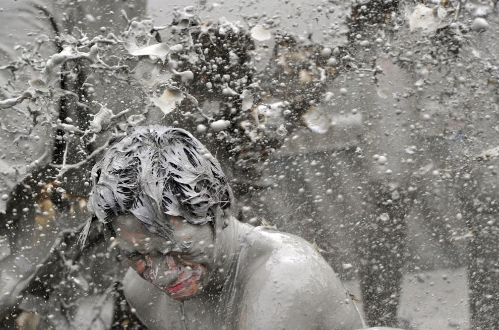 27.KOREA POŁUDNIOWA, Boryeong, 17 lipca 2011: Turyści bawiący się w błocie. AFP PHOTO / KIM JAE-HWAN