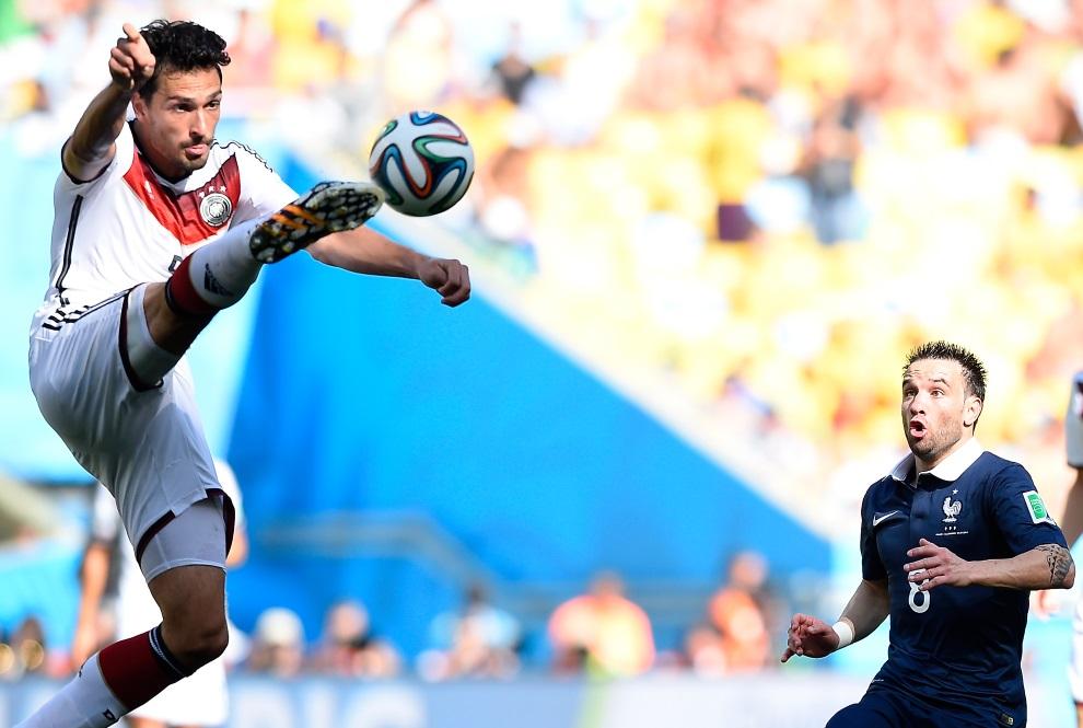 27.BRAZYLIA, Rio de Janeiro, 4 lipca 2014: Mats Hummels (po lewej) przyjmuje piłkę w meczu Niemcy – Francja. AFP PHOTO / FRANCK FIFE