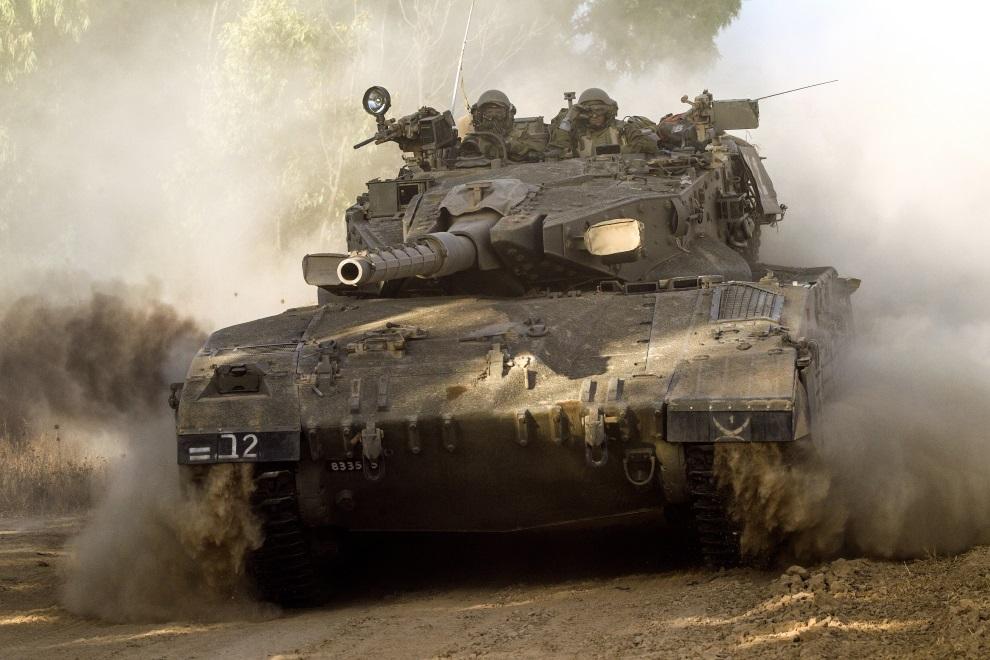 27.IZRAEL, (pogranicze), 10 lipca 2014: Izraelska Merkava zmierzająca w kierunku Strefy Gazy. AFP PHOTO / JACK GUEZ