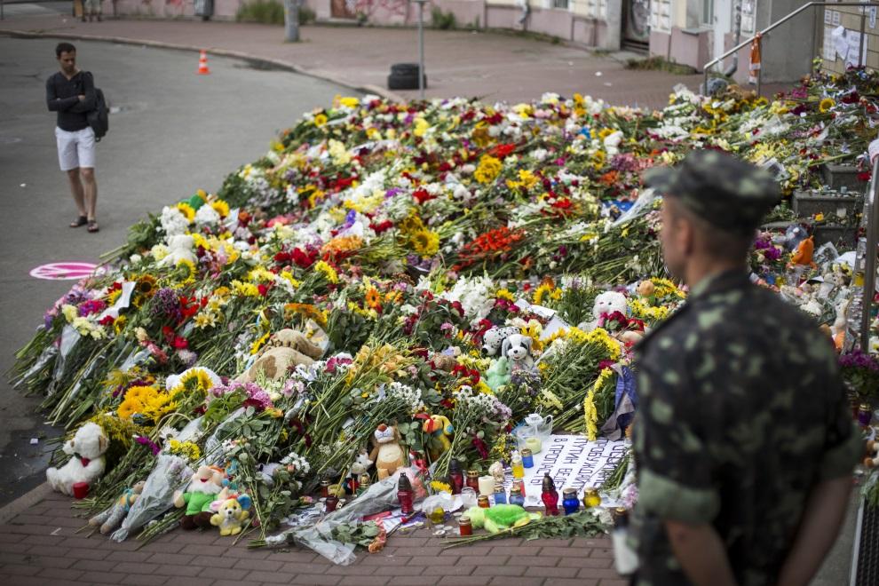 27.UKRAINA, Kijów, 19 lipca 2014: Kwiaty złożone przed ambasadą Holandii. (Foto: Rob Stothard/Getty Images)