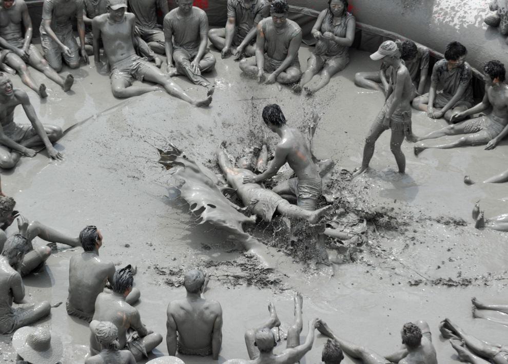 28.KOREA POŁUDNIOWA, Boryeong, 18 lipca 2010: Turyści w basenie wypełnionym błotem. AFP PHOTO / KIM JAE-HWAN