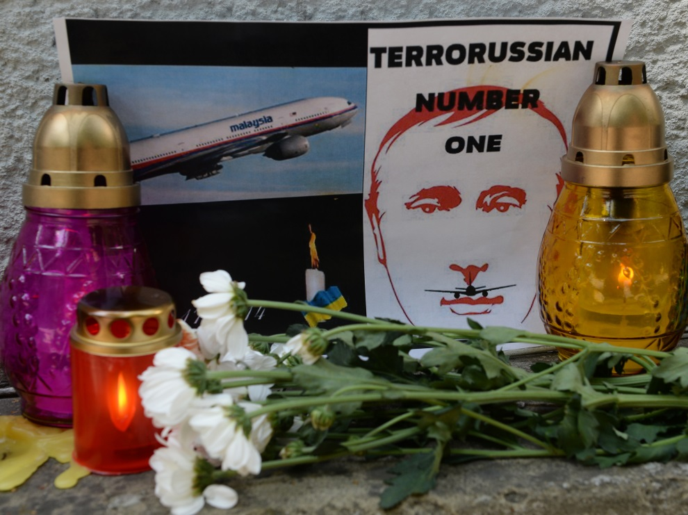 28.UKRAINA, Lwów, 18 lipca 2014: Plakat przed ambasadą Holandii. AFP PHOTO/ YURIY DYACHYSHYN