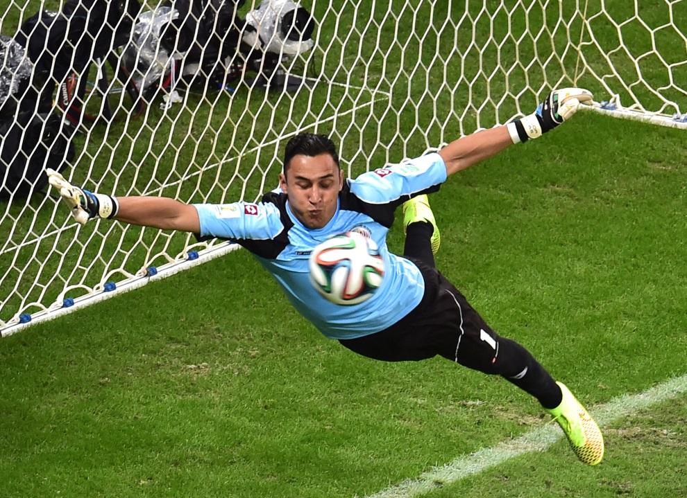 28.BRAZYLIA, Salvador, 5 lipca 2014: Keylor Navas ratuje swój zespół przed strata gola w meczu Holandia – Kostaryka. AFP PHOTO / GABRIEL BOUYS