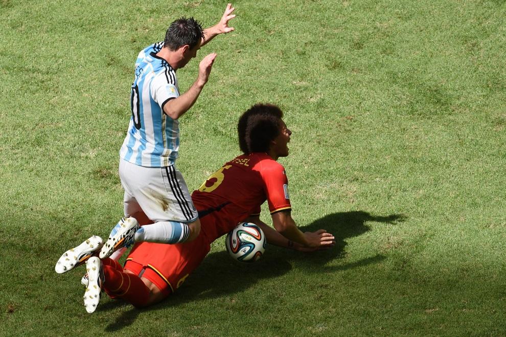 29.BRAZYLIA, Brasília, 5 lipca 2014: Lionel Messi (po lewej) walczy o piłkę z Axelem Witselem podczas meczu Argentyna – Belgia. AFP PHOTO / EVARISTO SA
