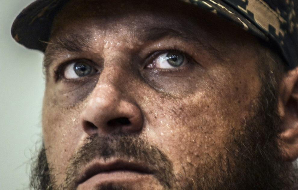 29.UKRAINA, Donieck, 19 lipca 2014: Ochroniarz samozwańczego, prorosyjskiego premiera Donieckiej Republiki Ludowej, podczas konferencji prasowej. AFP PHOTO/   BULENT KILIC