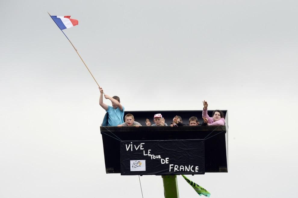 2.FRANCJA, , Nancy, 11 lipca 2014: Dzieci dopingujące zawodników z pojemnika umocowanego na zwyżce. AFP PHOTO / LIONEL BONAVENTURE