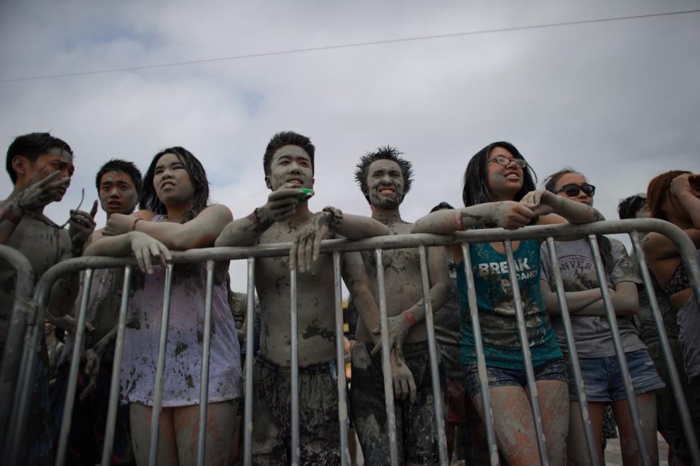 2.KOREA POŁUDNIOWA, Boryeong, 18 lipca 2014: Ludzie w czekający w kolejce do kąpieli błotnej. AFP PHOTO / Ed Jones